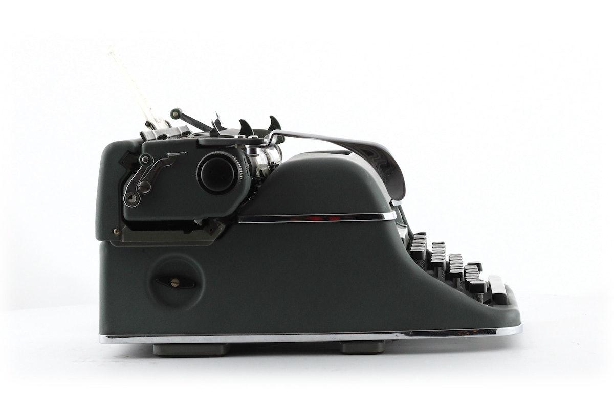 Olympia De Luxe 7.6 Typewriter